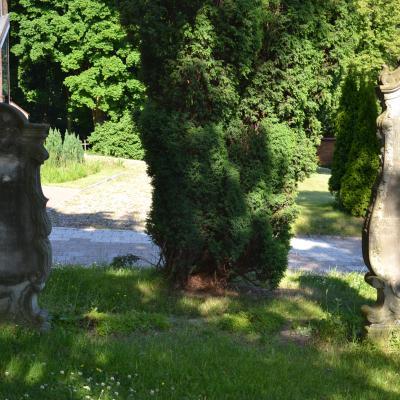 Stele ewangelickie przy kościele w Sobieszewie