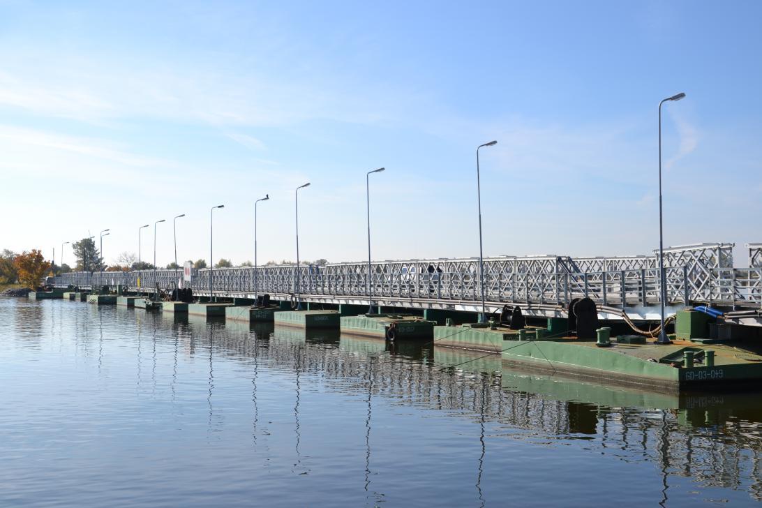 Widok na most w Sobieszewie z nabrzeża Martwej Wisły