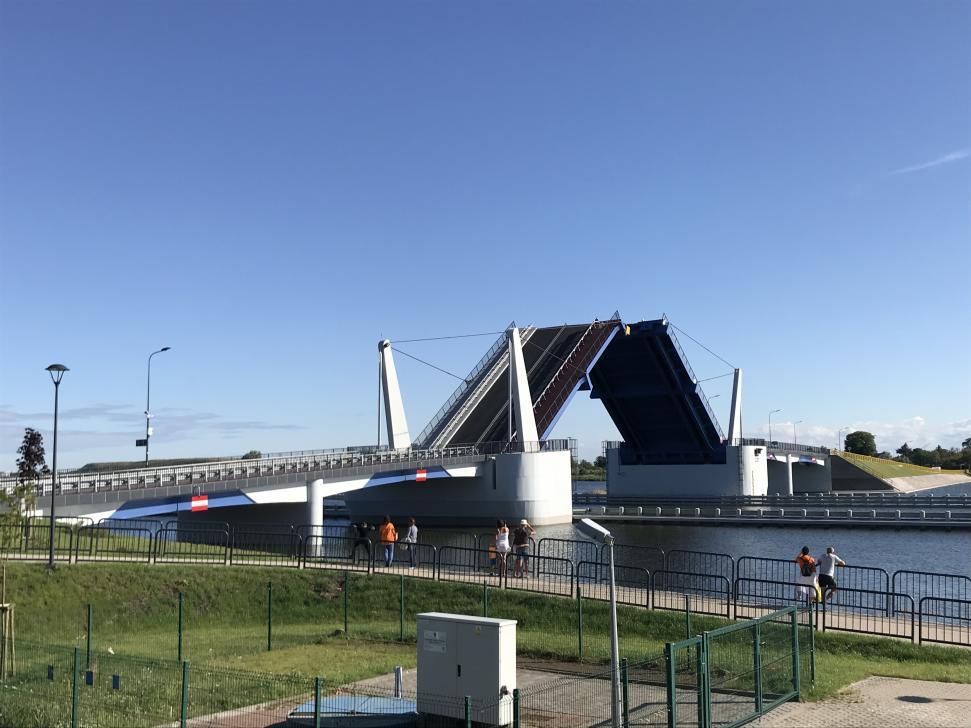 Nowy most w Sobieszewie w trakcie zwodzenia