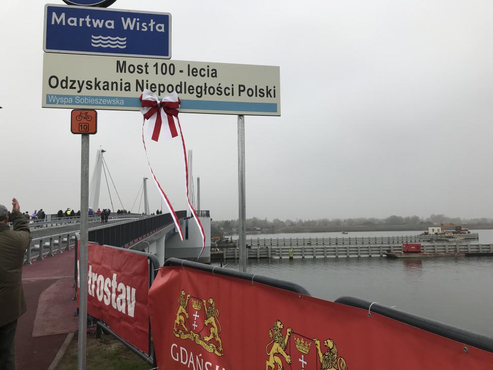 Nowy most w Sobieszewie w dniu otwarcia - tablica z nazwą mostu