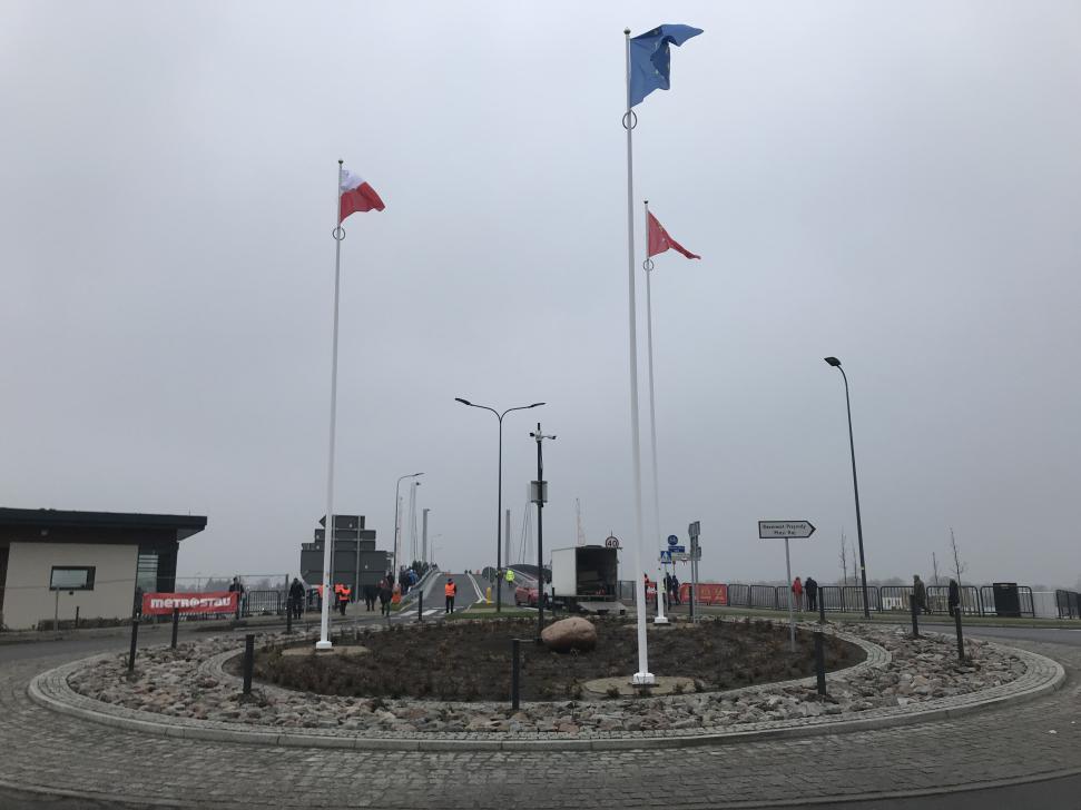 Nowy most w Sobieszewie w dniu otwarcia - nowe rondo przed mostem