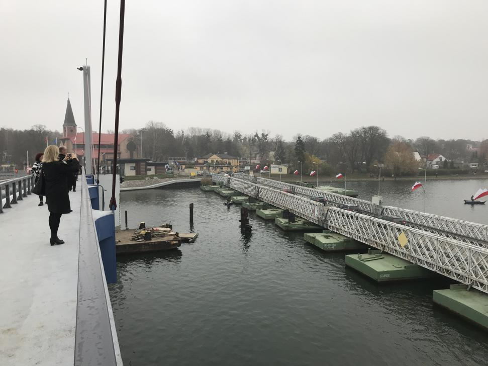 Widok z nowego mostu na stary, już zamknięty most pontonowy
