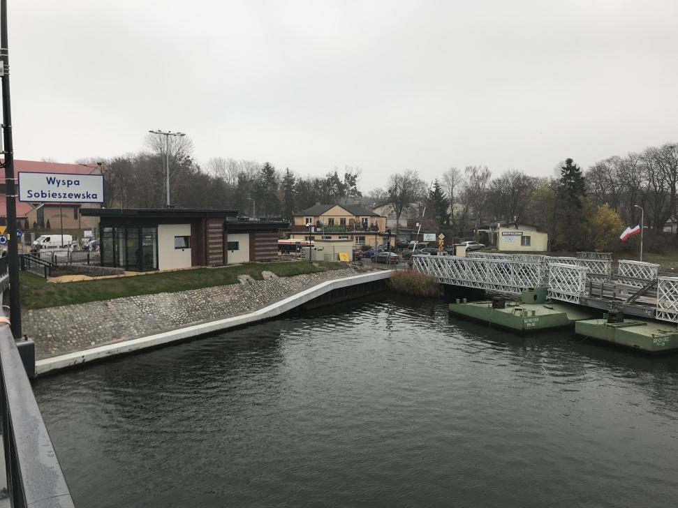 Nowy most w Sobieszewie w dniu otwarcia - widok na budynek z centrum sterowania mostem