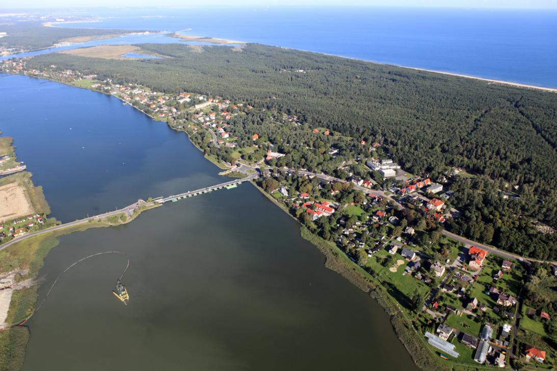 Wyspa Sobieszewska z lotu ptaka. Na pierwszym planie widoczne Sobieszewo.
