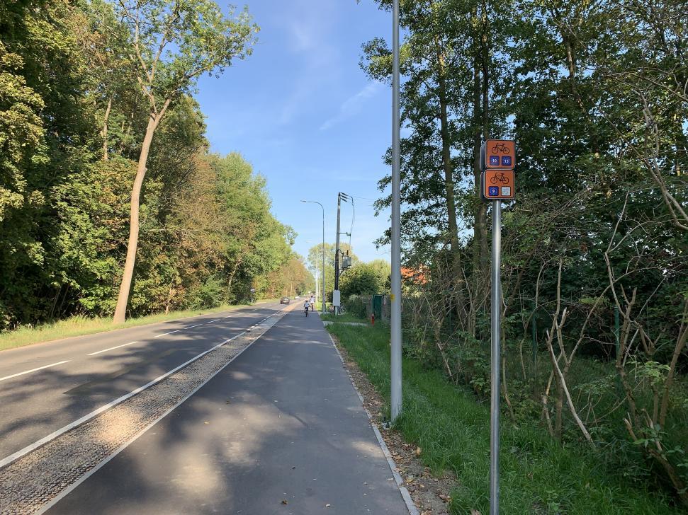 Ścieżka na Wyspie Sobieszewskiej stanowi fragment trasy rowerowej R10, R13 oraz Wiślanej Trasy Rowerowej R9