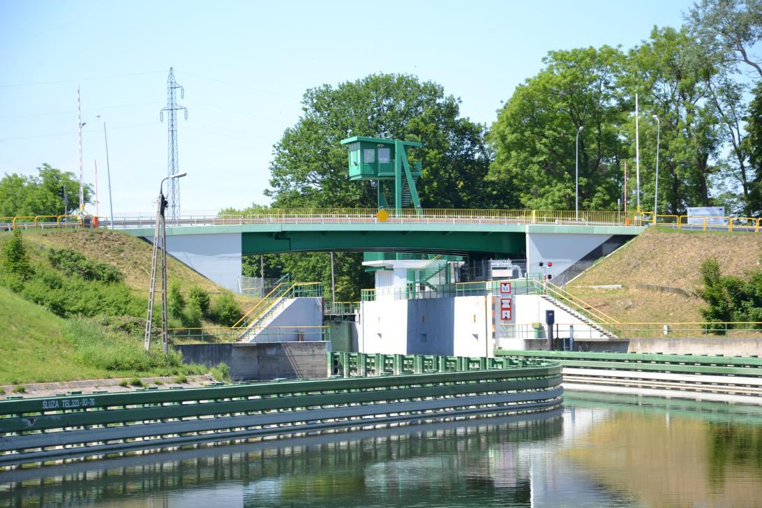 Most zwodzony nad śluzą w Przegalinie