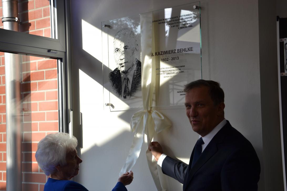 W uroczystym otwarciu zbiornika wodnego w dniu 03.09.2015 r. brała udział wdowa po Kazimierzu Behlke. Tutaj na zdjęciu razem z prezesem GIWK, Jackiem Skarbkiem