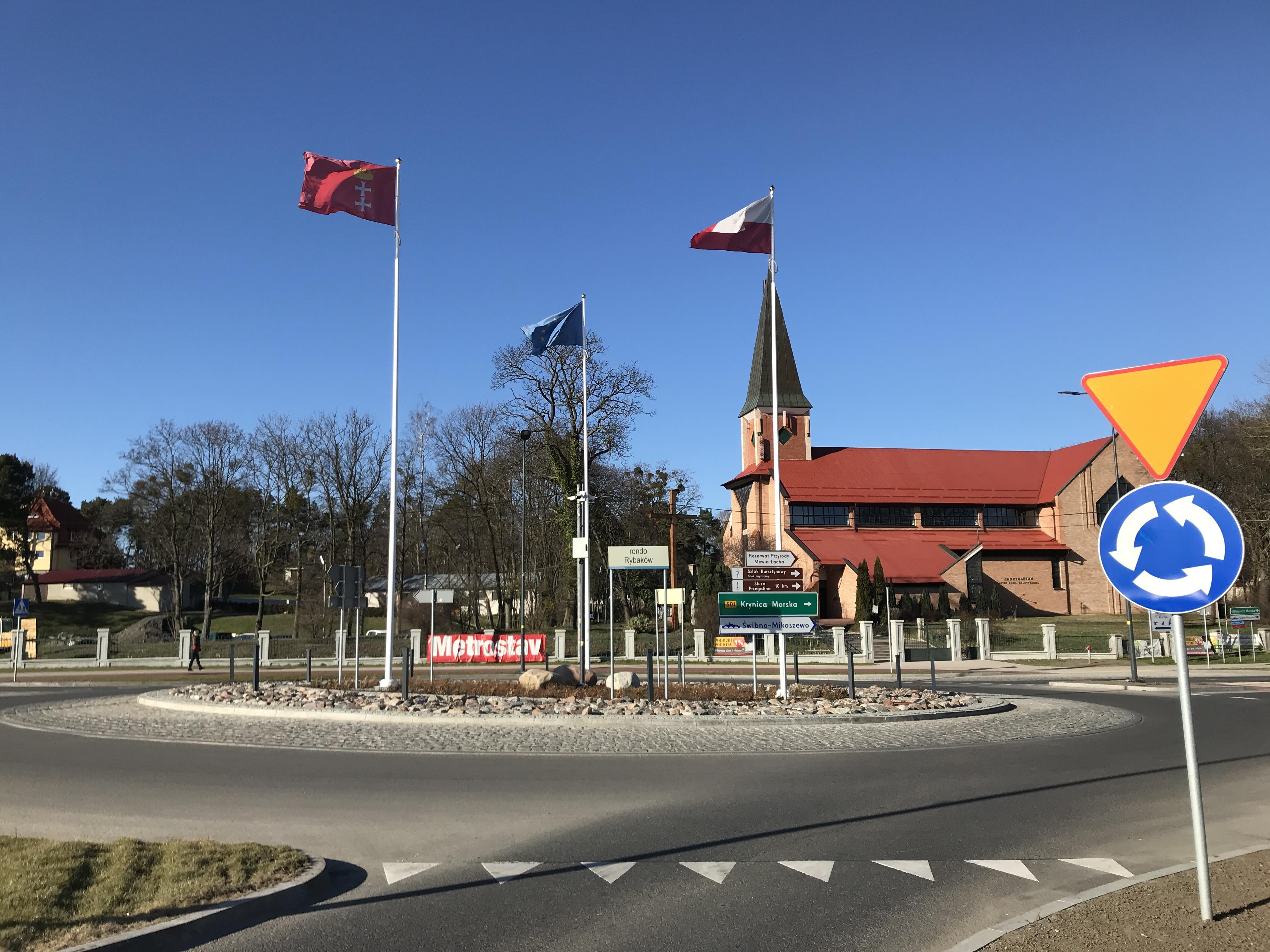 Rondo Rybaków przy nowym moście w Sobieszewie (na masztach flagi Polski, UE i Gdańska)