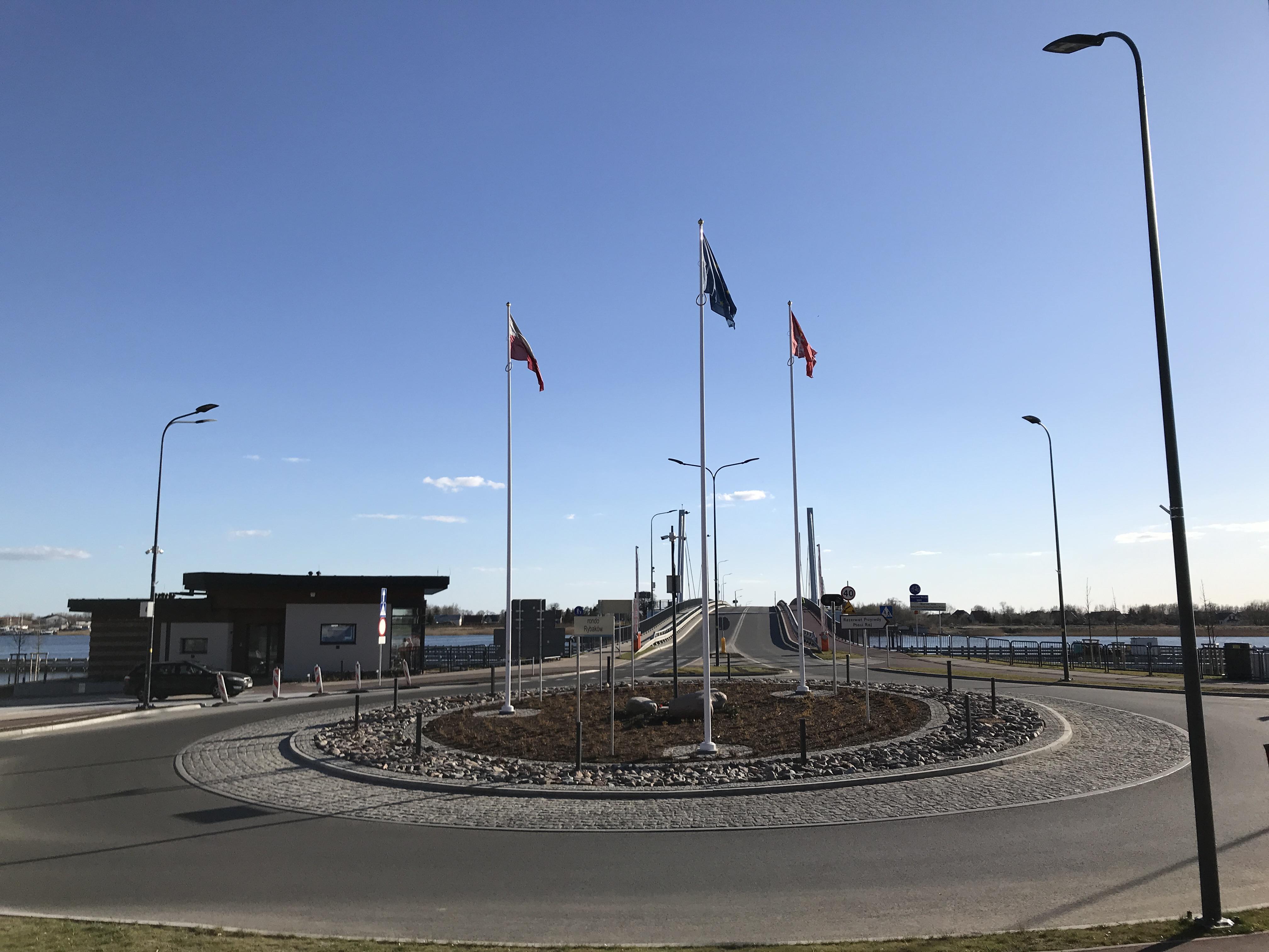 Rondo Rybaków przy nowym moście w Sobieszewie. W głębi po lewej budynek obsługi mostu.