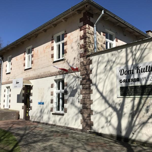 """Wejście do Domu Kultury """"Wyspa Skarbów"""" znajduje się z boku budynku"""