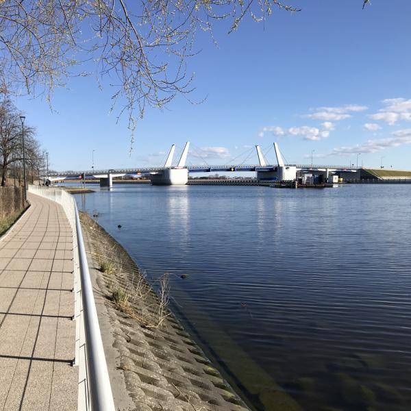 Promenada nad Martwą Wisłą w Sobieszewie. Na drugim planie nowy most zwodzony.