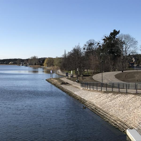 Promenada nad Martwą Wisłą w Sobieszewie (widok z nowego mostu)
