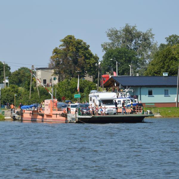 Prom Świbno - Mikoszewo odpływający w kierunku Mikoszewa