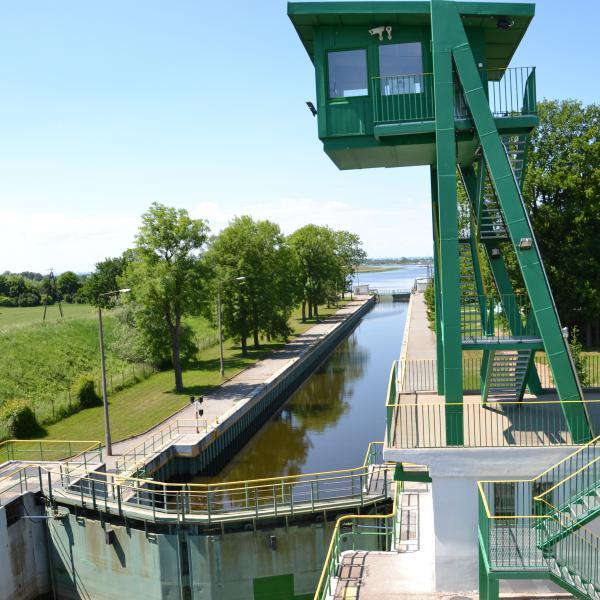 Śluza Przegalina - widok na kanał śluzy z mostu zwodzonego przebiegającego nad śluzą