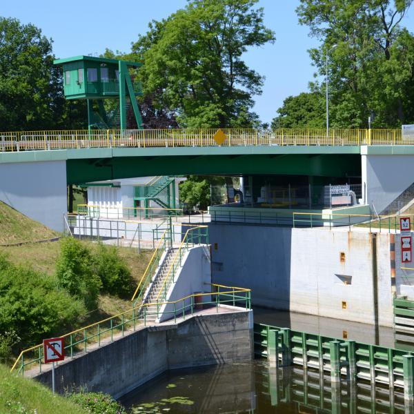 Nad śluzą Przegalina przebiega most zwodzony, który stanowi alternatywny wjazd na Wyspę Sobieszewską