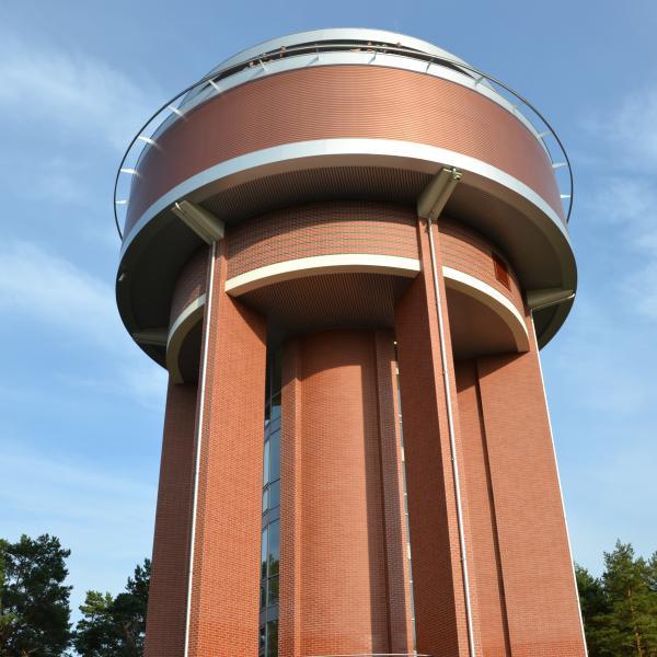 Wieża widokowa to wieża wodna, wyrównująca ciśnienie w sieci wodociągowej na wyspie
